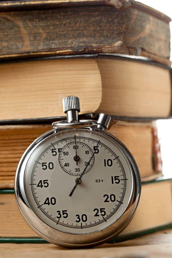 Vieux livres et chronomètre images libres de droits