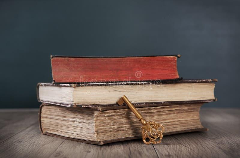 Vieux livres et clé photographie stock libre de droits