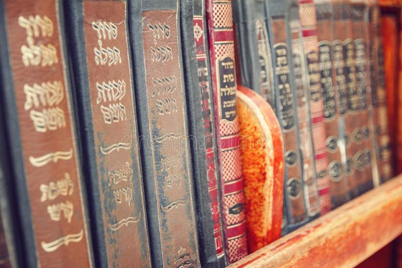 Vieux livres religieux de vintage sur une étagère, Jérusalem photographie stock