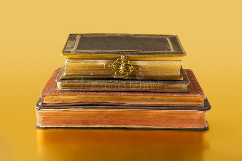 Vieux livres sur la surface d'or photo libre de droits