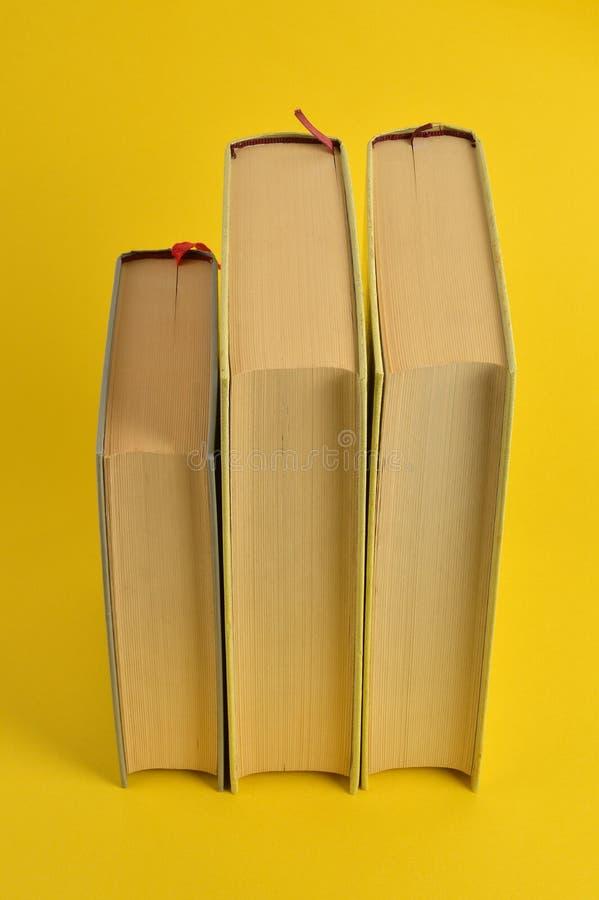 Vieux livres sur le fond jaune photo stock