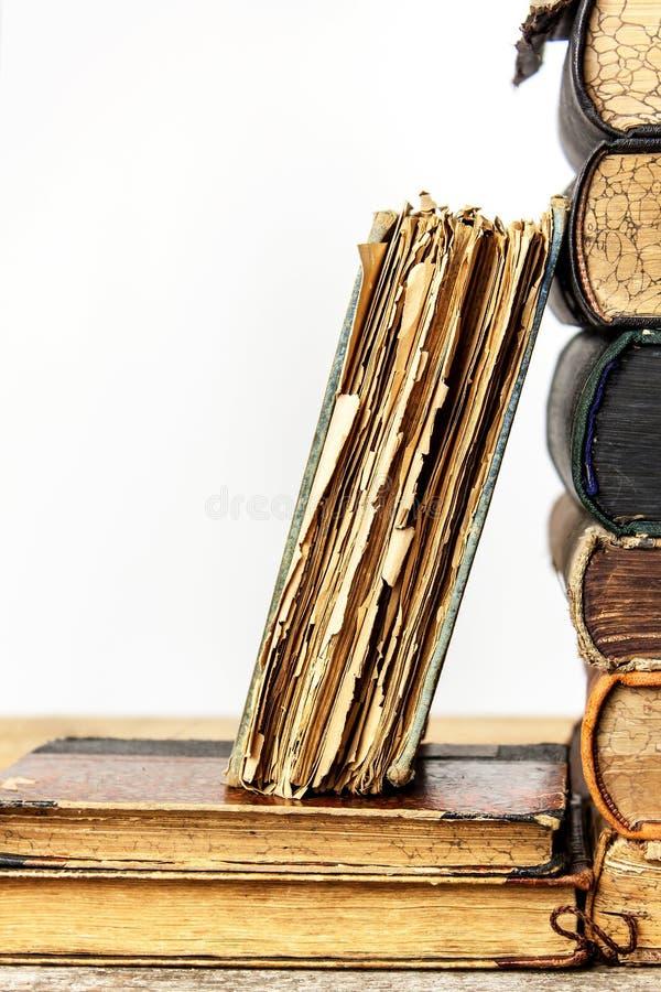 Vieux livres sur une étagère en bois sur un fond blanc Étude de vieux livres Livres endommagés Vieille bibliothèque photos stock