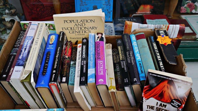 Vieux livres utilisés dans une boîte en dehors d'une librairie antique images stock