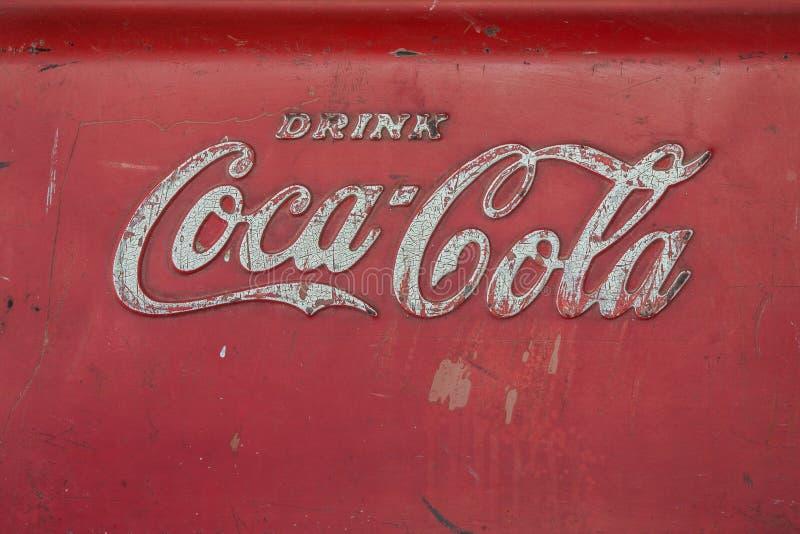 Vieux logo de coca-cola sur le seau à glace photos libres de droits
