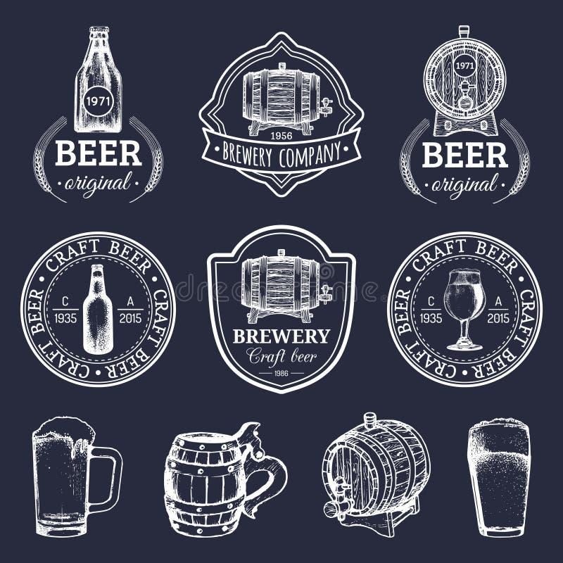 Vieux logos de brasserie réglés Images de bière de Papier d'emballage les rétros avec la main ont esquissé le verre, le baril etc illustration stock