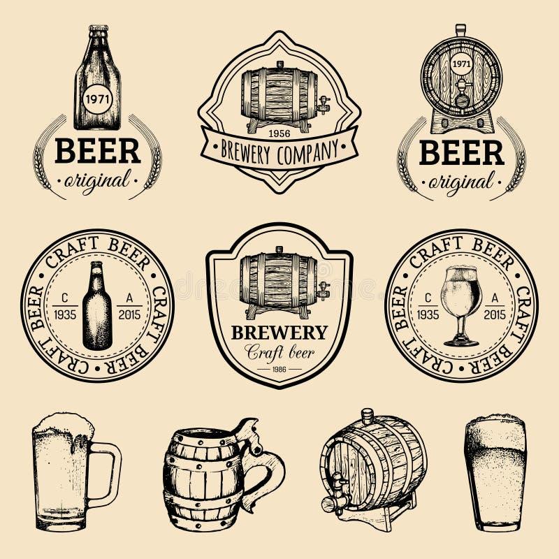 Vieux logos de brasserie réglés Images de bière de Papier d'emballage les rétros avec la main ont esquissé le verre, le baril etc illustration de vecteur