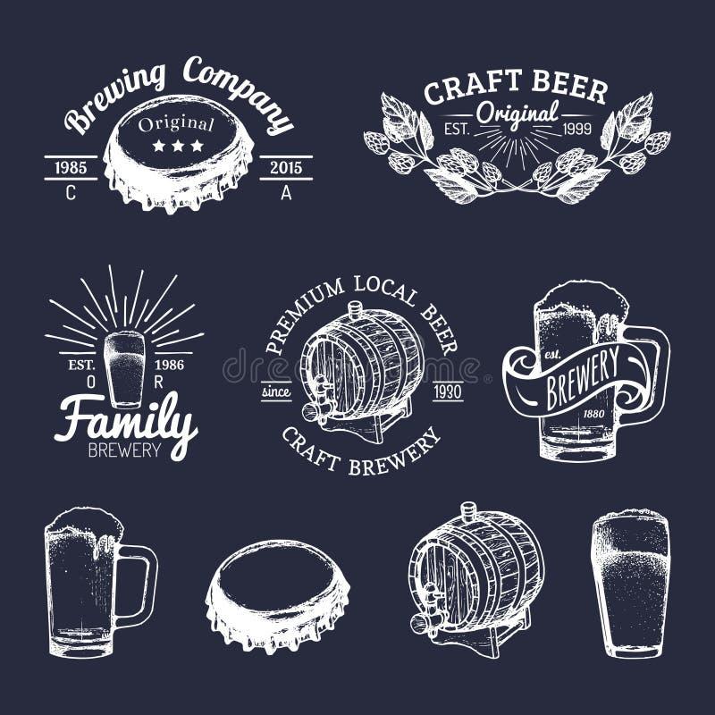 Vieux logos de brasserie réglés Signes de bière de Papier d'emballage les rétros avec la main ont esquissé le verre, le baril etc illustration libre de droits