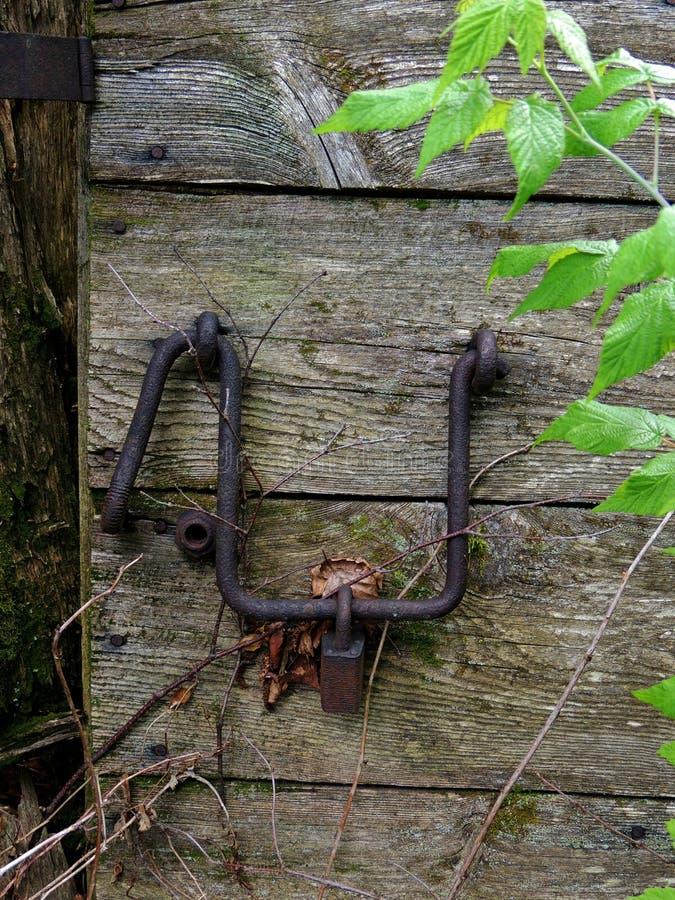 Vieux loquet et cadenas de porte stable rouillé photographie stock