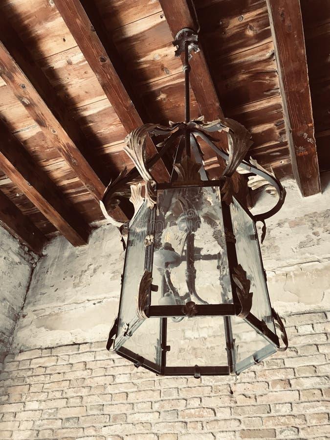 Vieux lustre dans un château d'Italie image stock