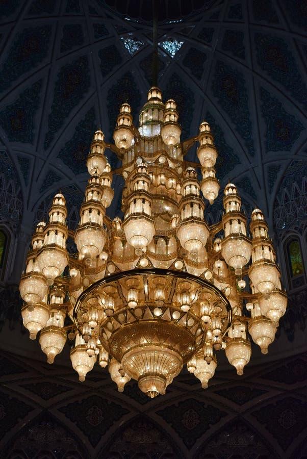 Vieux lustre jaune à l'intérieur de mosque image libre de droits