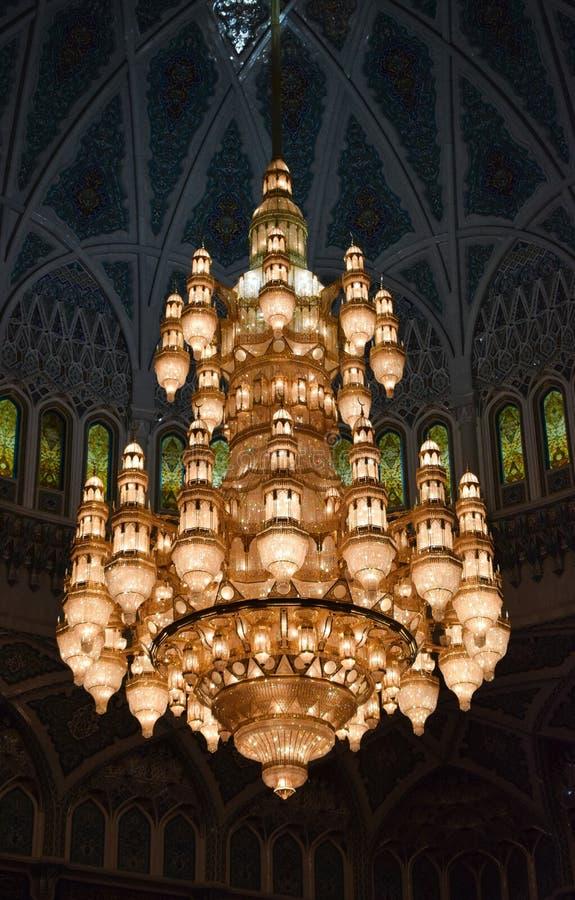 Vieux lustre jaune à l'intérieur de mosque photographie stock