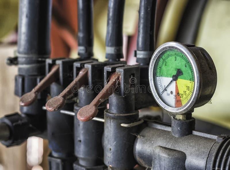 Vieux mécanisme abandonné de transmetteur de pression photographie stock libre de droits