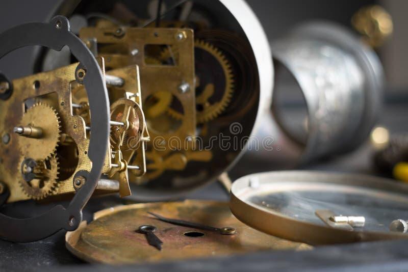 Vieux mécanisme d'horloge avec des vitesses et des dents image libre de droits