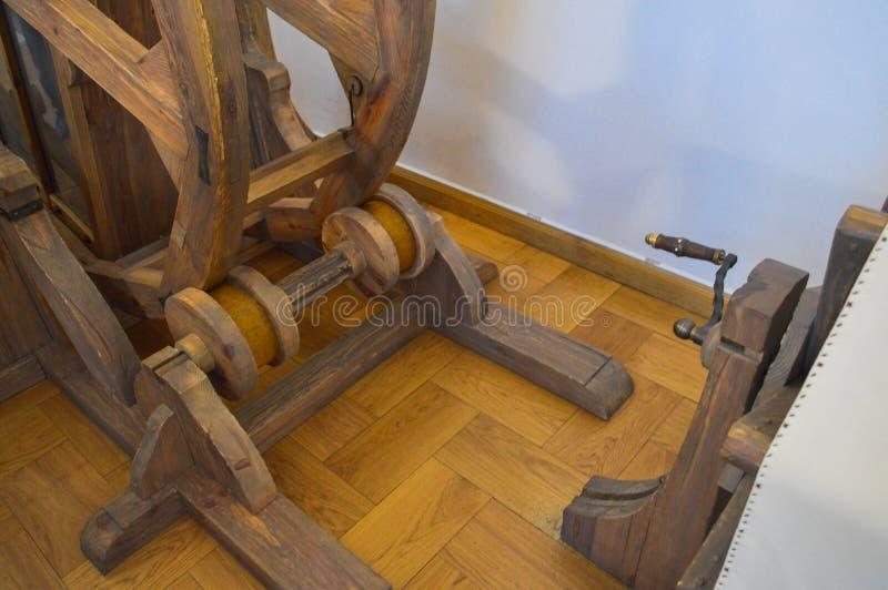 Vieux mécanisme en bois médiéval antique, machine avec des vitesses et poignées images stock