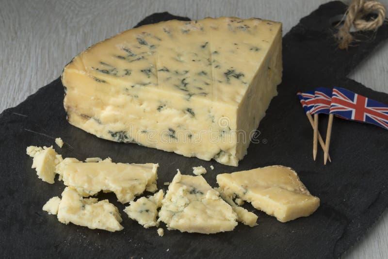 Vieux mûrissez la cale du fromage bleu de stilton images libres de droits