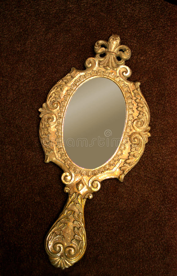 Vieux main-miroir en laiton photos stock