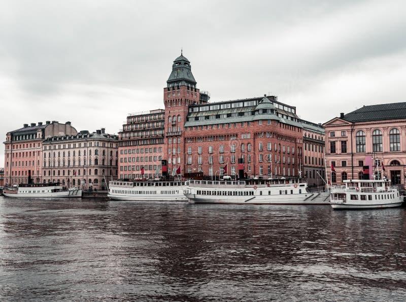 Vieux mais modernes paquebots par les passagers de attente Stockholm Suède de quai de Nybrokajen image stock