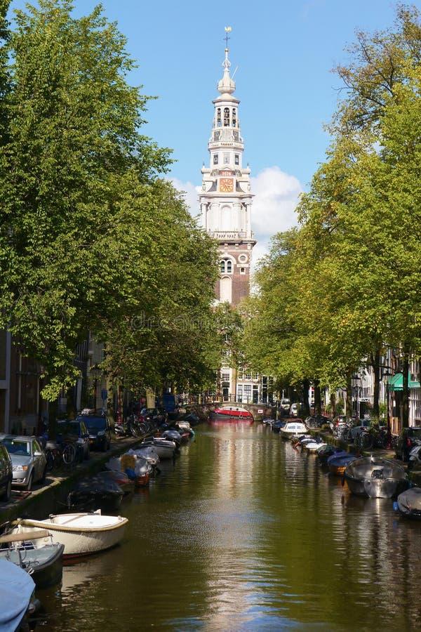 Vieux maisons et bateaux traditionnels sur le canal d'Amsterdam images libres de droits
