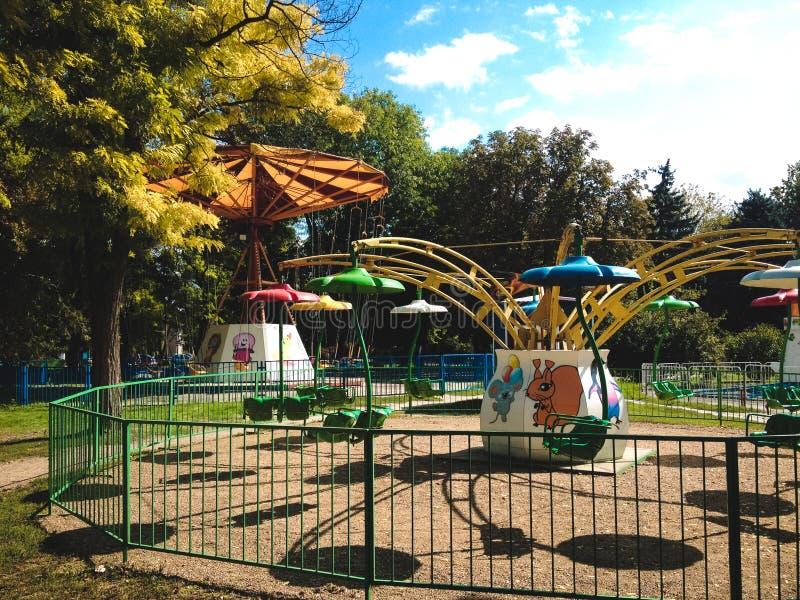 Vieux manège en parc d'attractions photographie stock