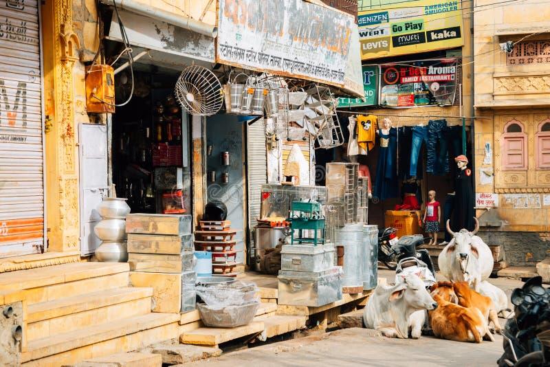 Vieux marché en plein air et vache indiens dans Jaisalmer, Inde photos libres de droits