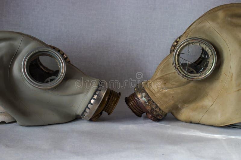 Vieux masque de gaz avec le verre cassé devant le tout photographie stock libre de droits