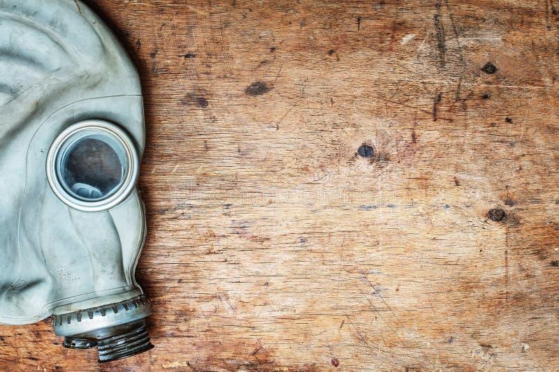 Vieux masque de gaz, respirateur sur la table en bois Vue supérieure Avec l'espace de copie image libre de droits