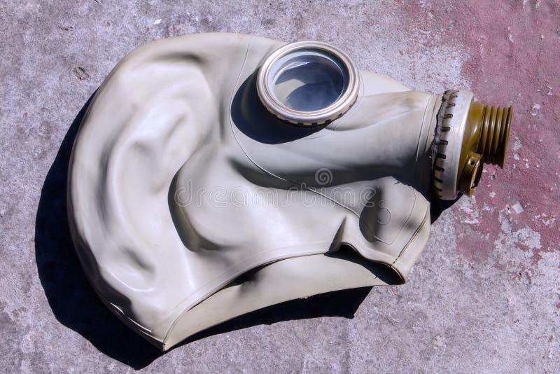 Vieux masque de gaz sur une dalle en béton photo libre de droits