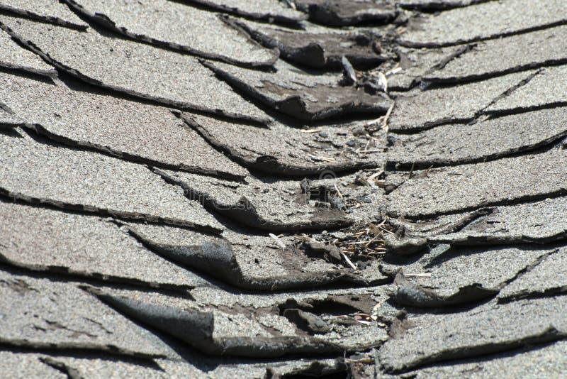 Vieux mauvais et se courbants bardeaux de toit sur une Chambre ou une maison images libres de droits