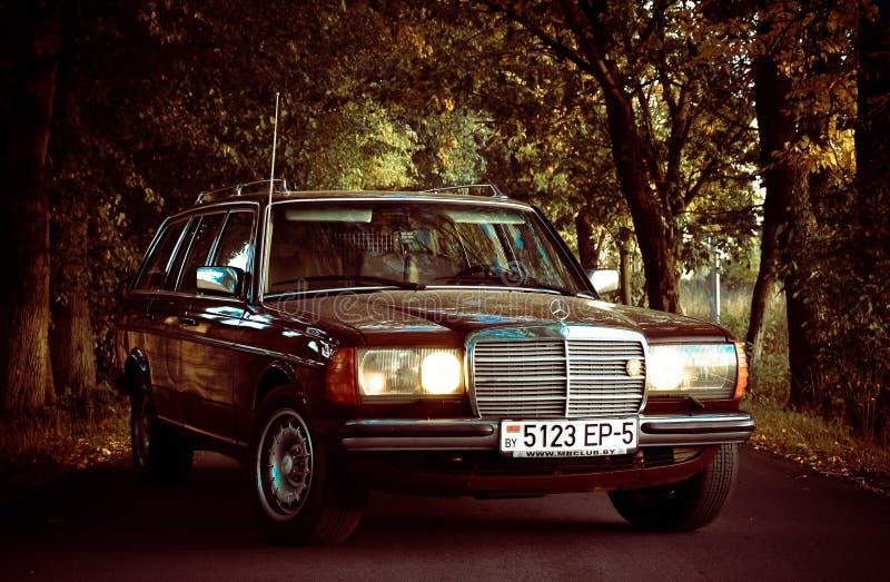 Vieux Mercedes automatique classique w123 photographie stock libre de droits