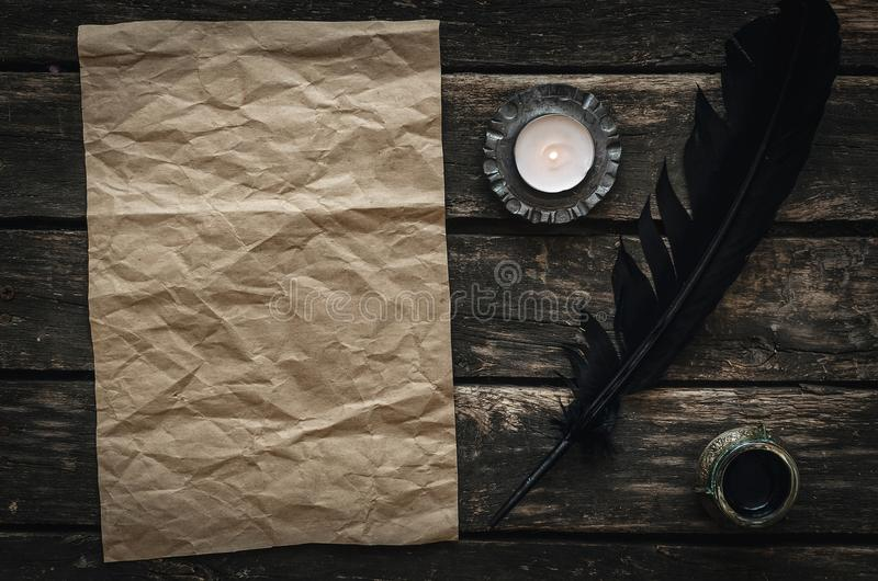 Vieux message de lettre Masquez la feuille de papier chiffonnée de page photographie stock