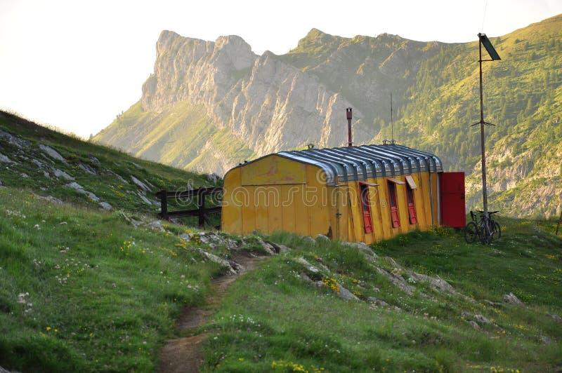 Vieux mettez la hutte de montagne de Barbera, Alpes de Piemonte, Italie photo libre de droits