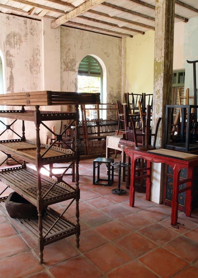 Vieux meubles jetés dans la maison vide image libre de droits