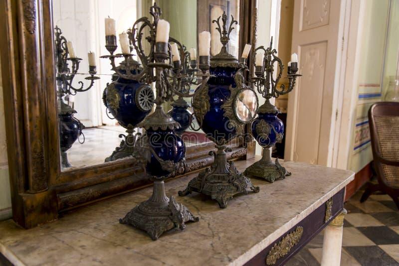 Vieux miroir de cru avec des bougies dans le chandelier images libres de droits