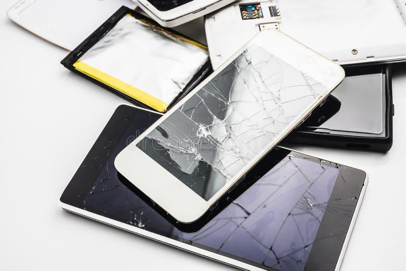 Vieux mobile de Smartphone avec un écran cassé sur le backgr blanc de table photos libres de droits