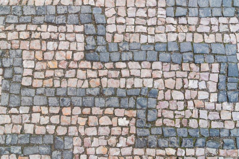 Vieux modèle de pavé rond, pierres de fond, grises et rosâtres texturisées en pierre de granit photo libre de droits