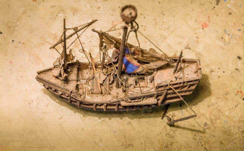 Vieux modèle en bois de bateau sur la table images libres de droits