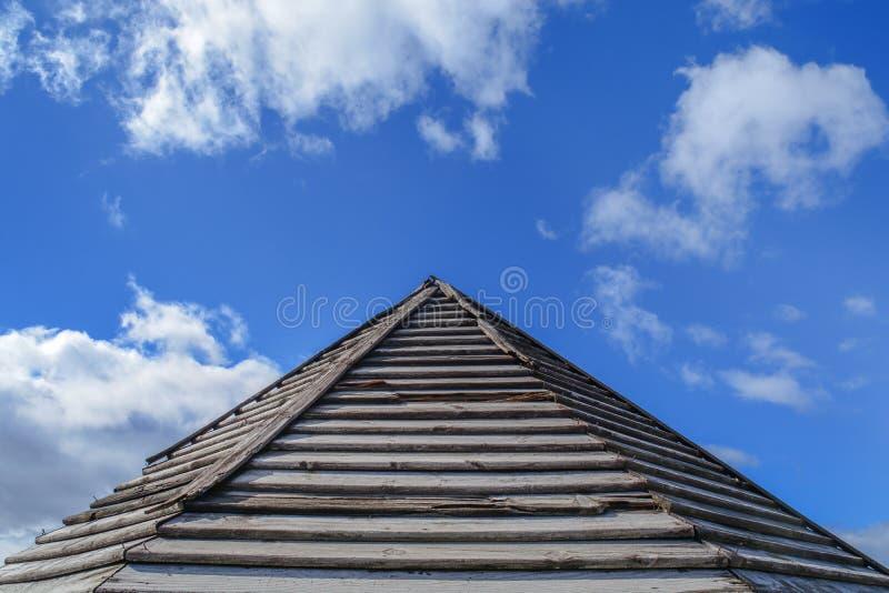 Vieux modèle rouillé en bois de toit avec le ciel nuageux bleu photos stock