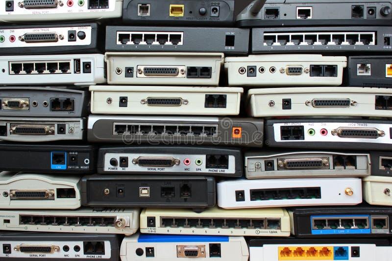 Vieux modems, routeurs, équipement du réseau photos stock