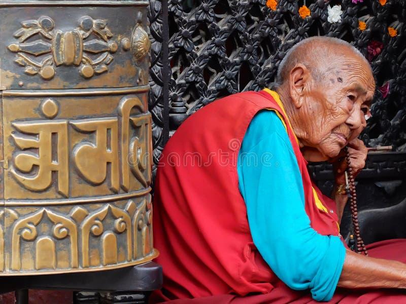 Vieux moine chez le Bodnath Stupa, Katmandou, Népal image libre de droits