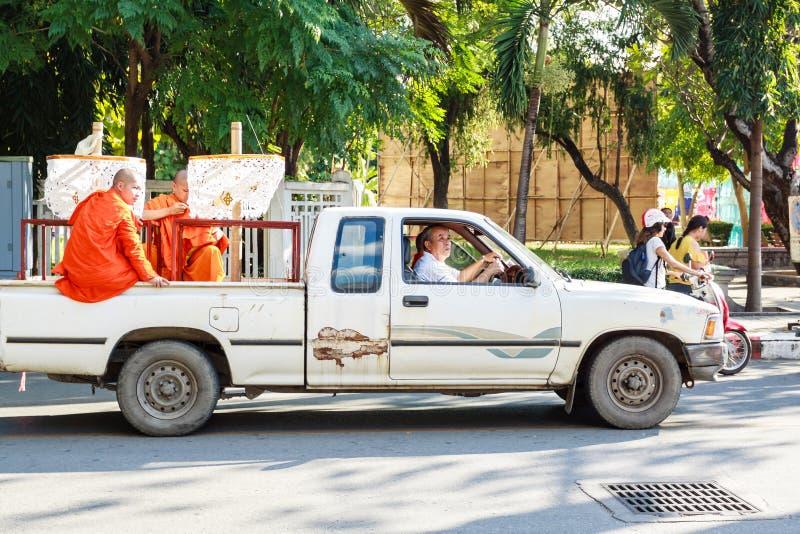 Vieux moine sur la voiture photographie stock