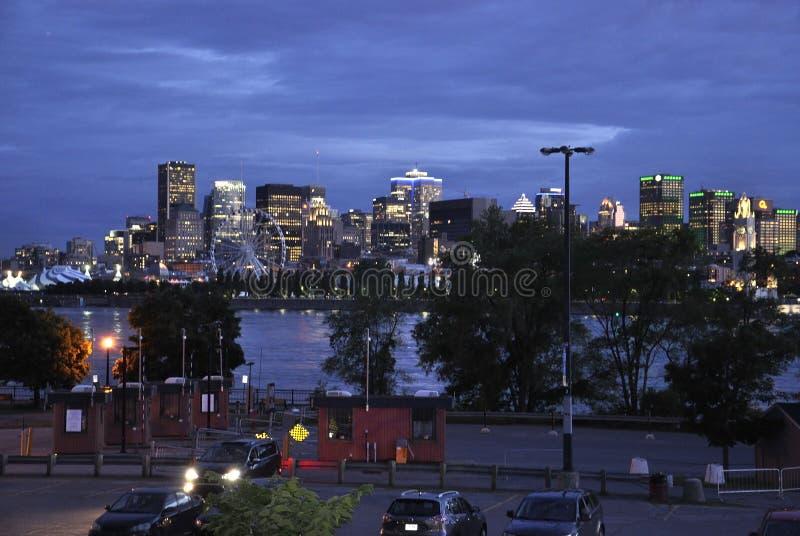 Vieux Montreal panorama vid natt över flodhelgonet Lawrence i Kanada royaltyfri bild