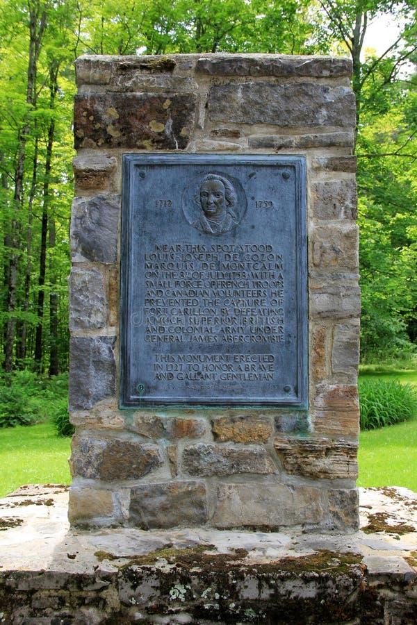 Vieux monument en pierre érigé pour honorer ceux qui ont combattu au carillon de fort, New York, 2014 images libres de droits