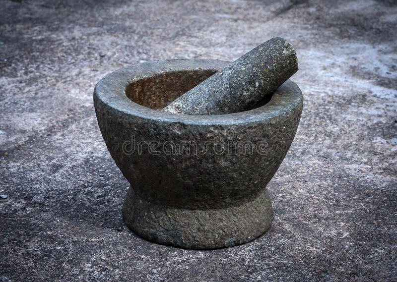Vieux mortier de granit avec le pilon photographie stock libre de droits