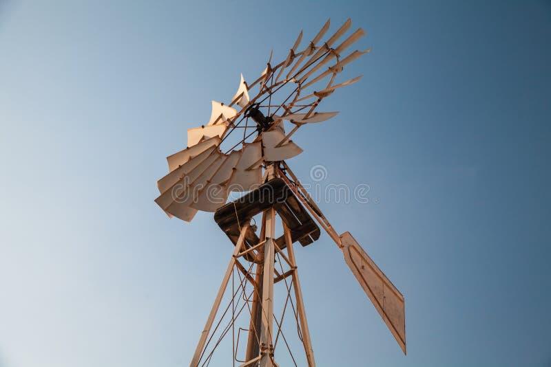Vieux moteur de vent de vintage sous le ciel bleu photo stock