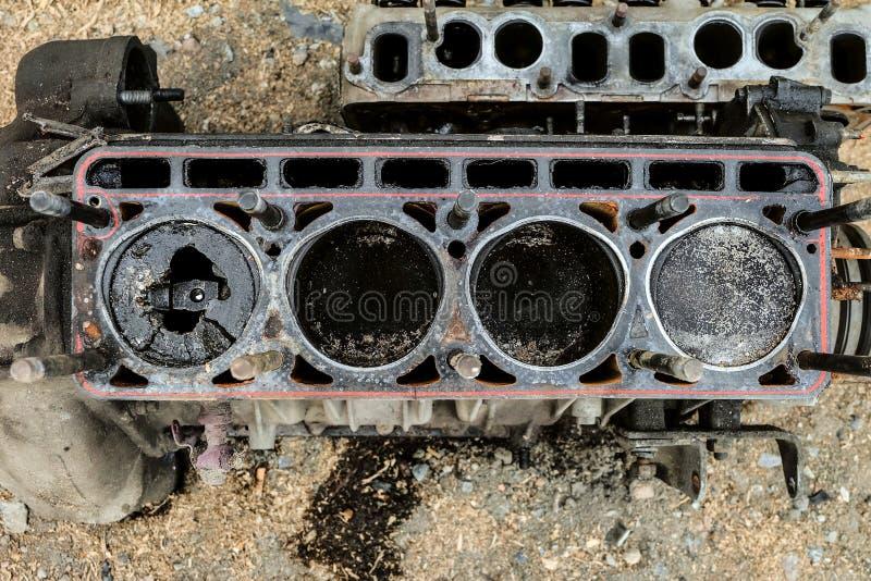 Vieux moteur usé avec un piston cassé dans le cylindre photos libres de droits