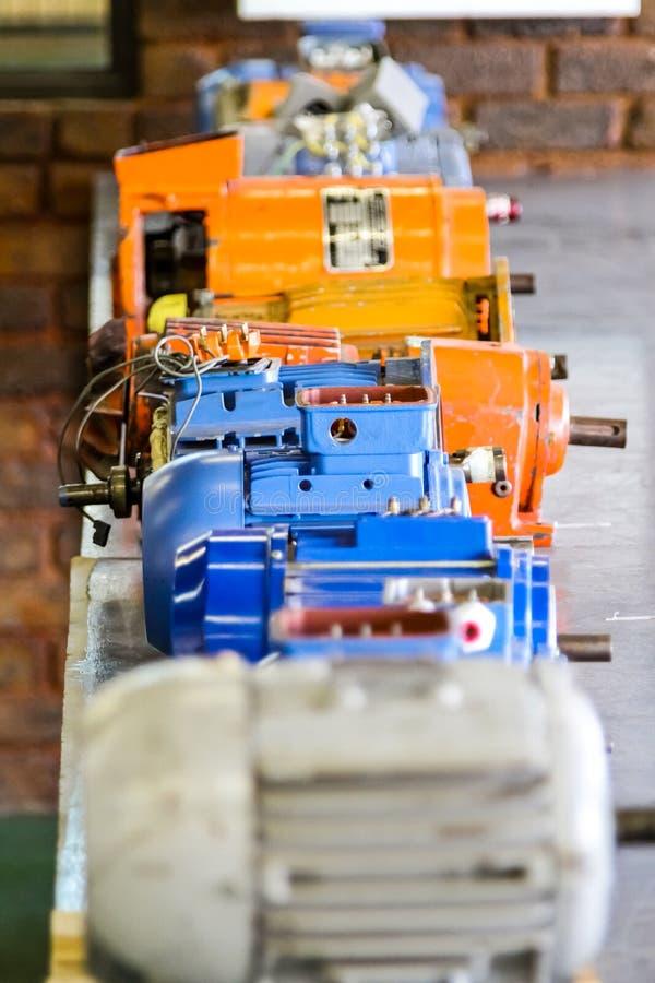 Vieux moteurs électriques à l'école de la formation professionnelle image stock