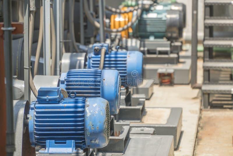 Vieux moteurs électriques bleus et fonctionnement et rayé photo stock