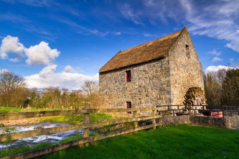 Vieux moulin à eau dans la Co clare images libres de droits