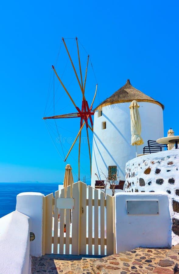 Vieux moulin à vent blanc à Oia photographie stock libre de droits
