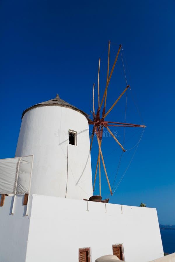 Vieux moulin à vent blanc à Oia au-dessus de ciel bleu dans Santorini, Grèce photos stock